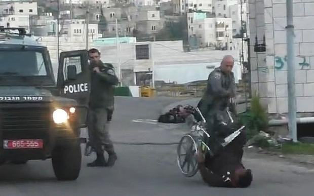 이스라엘 경찰이 휠체어 탄 팔레스타인 남성을 쓰러 넘어뜨리는 모습