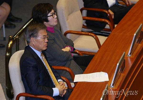 문재인 더불어민주당 전 대표가 16일 오전 서울 여의도 국회에서 열린 본회의에서 박근혜 대통령의 국정에 관한 국회 연설을 듣고 있다.