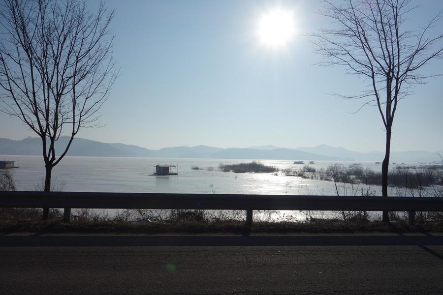 아침 햇살에 물안개가 걷히는 예당호