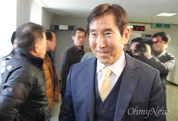부산지방법원 형사5부(재판장 권영문)는 조현오 전 경찰청장에 대한 뇌물 수수 혐의에 대해 무죄를 선고했다. 조 전 청장이 무죄 판결 직후 법정을 나서고 있다.