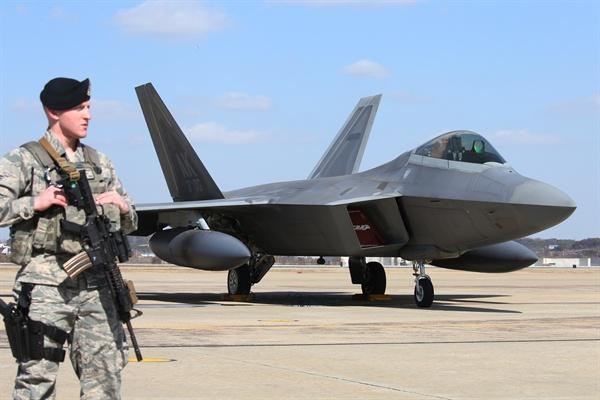 세계 최강 스텔스 전투기인 미국의 전략자산 F-22가 17일 오후 한반도 상공에서 우리 공군의 F-15K와 비행을 마친 뒤 평택 오산공군기지에 착륙했다.