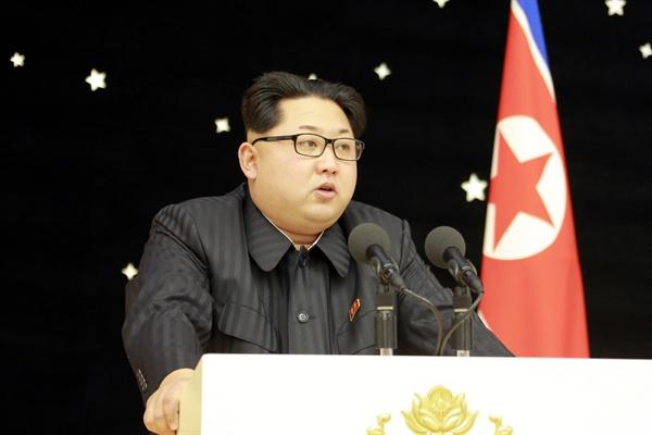 """북한이 지난 13일 김정은 국방위원회 제1위원장이 참석한 가운데 장거리 미사일 '광명성 4호' 발사에 기여한 관계자들을 위한 환영 연회를 열었다고 조선중앙통신이 15일 보도했다. 통신은 이날 조선노동당 중앙위원회가 목란관에서 연회를 개최했다며 김 제1위원장이 """"과학연구사업에 총매진해 앞으로 주체조선의 실용위성들을 더 많이 쏴올려야 한다""""고 말했다고 전했다"""