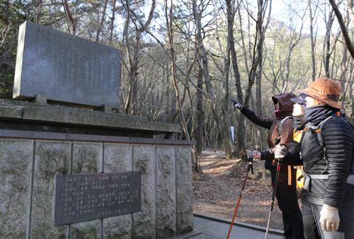 월출산 천황사 가는 길목에 세워진 영암아리랑 노래비. 사각 받침돌에 노랫말을 적은 비를 올렸다.