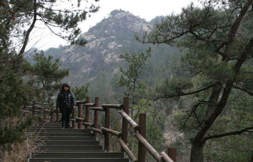 월출산을 보며 걷는 기찬묏길. 바위산이 내뿜는 기(氣)를 호흡하며 걷는 길이다.