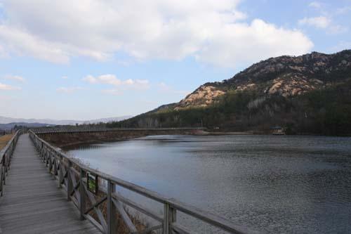 월출산 자락의 대동저수지와 나무데크. 저수지 물이 월출산의 기암괴석을 반영하고 있다.