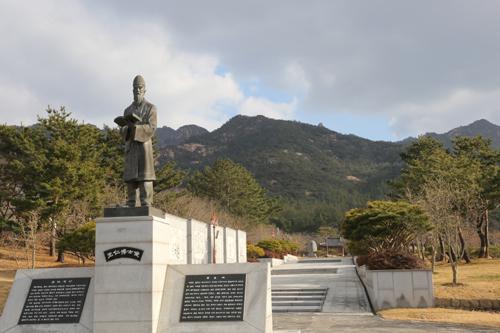 왕인박사유적지의 왕인 동상. 왕인 박사는 일본 응신천황의 초청으로 일본으로 건너가 아스카문화를 꽃피우는데 큰 역할을 했다.