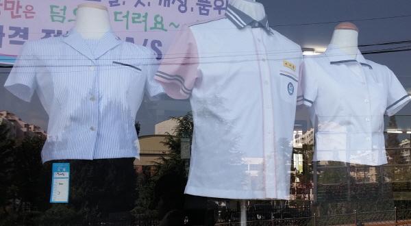 울산 중구에 있는 한 교복 가게. 학교주관 공동구매를 했지만 학교별로 교복값이 큰 차가 나는 것으로 나타났다