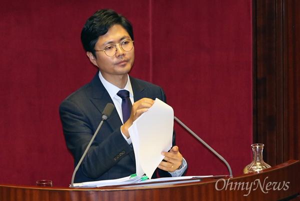 김광진 더불어민주당 의원이 23일 오후 국회 본회의에 상정된 테러방지법 의결을 막기 위해 무제한 토론(필리버스터)을 하고 있다.
