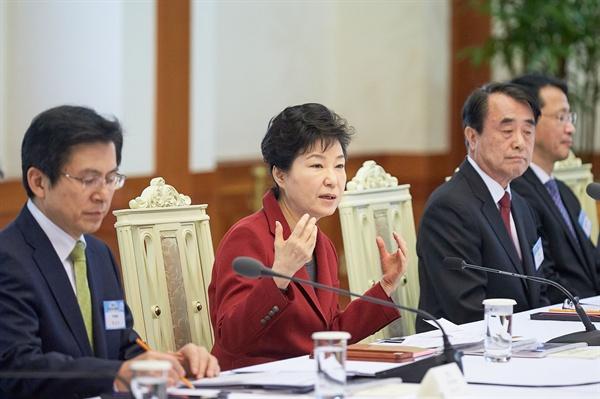 """박근혜 대통령이 24일 오전 청와대에서 열린 국민경제자문회의에서 """"많은 국민이 희생을 치르고 나서 통과를 치르겠다는 얘기인지 이것은 정말 그 어떤 나라에서도 있을 수 없는 기가 막힌 현상들""""이라며 야당의 테러방지법 반대 무제한 토론(필리버스터)을 비판했다."""