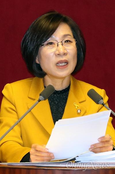 김제남 정의당 의원이 25일 국회 본회의장에서 테러방지법 반대 무제한 토론(필리버스터)을 하고 있다.