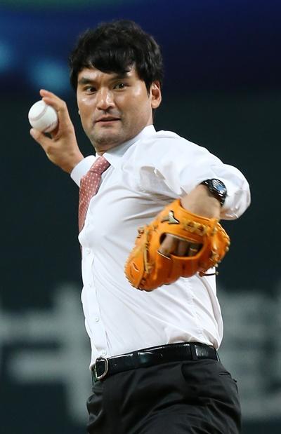 시구하는 박찬호 지난 2015년 11월 8일 오후 일본 훗카이도 삿포로돔에서 열린 2015 WBSC 프리미어 12 한국-일본 개막 경기. 경기 시작에 앞서 시구자로 나선 박찬호가 공을 던지고 있다.