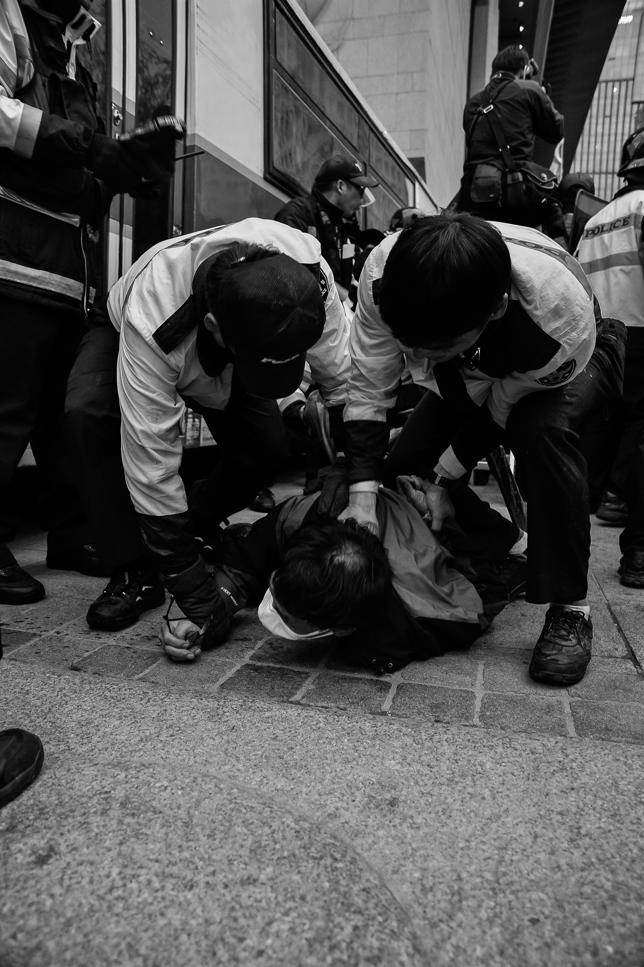 2015년 4월 18일 광화문, 세월호 추모행진 광화문 부근에서 경찰이 한 참가자의 목을 눌러 강제로 연행하고 있다.