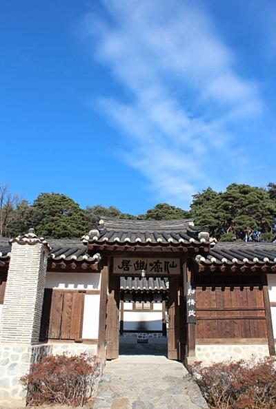 선교장 입구 사대부의 문으로 들어서면서부터 300여 년 전으로 거슬러 올라가게 된다.