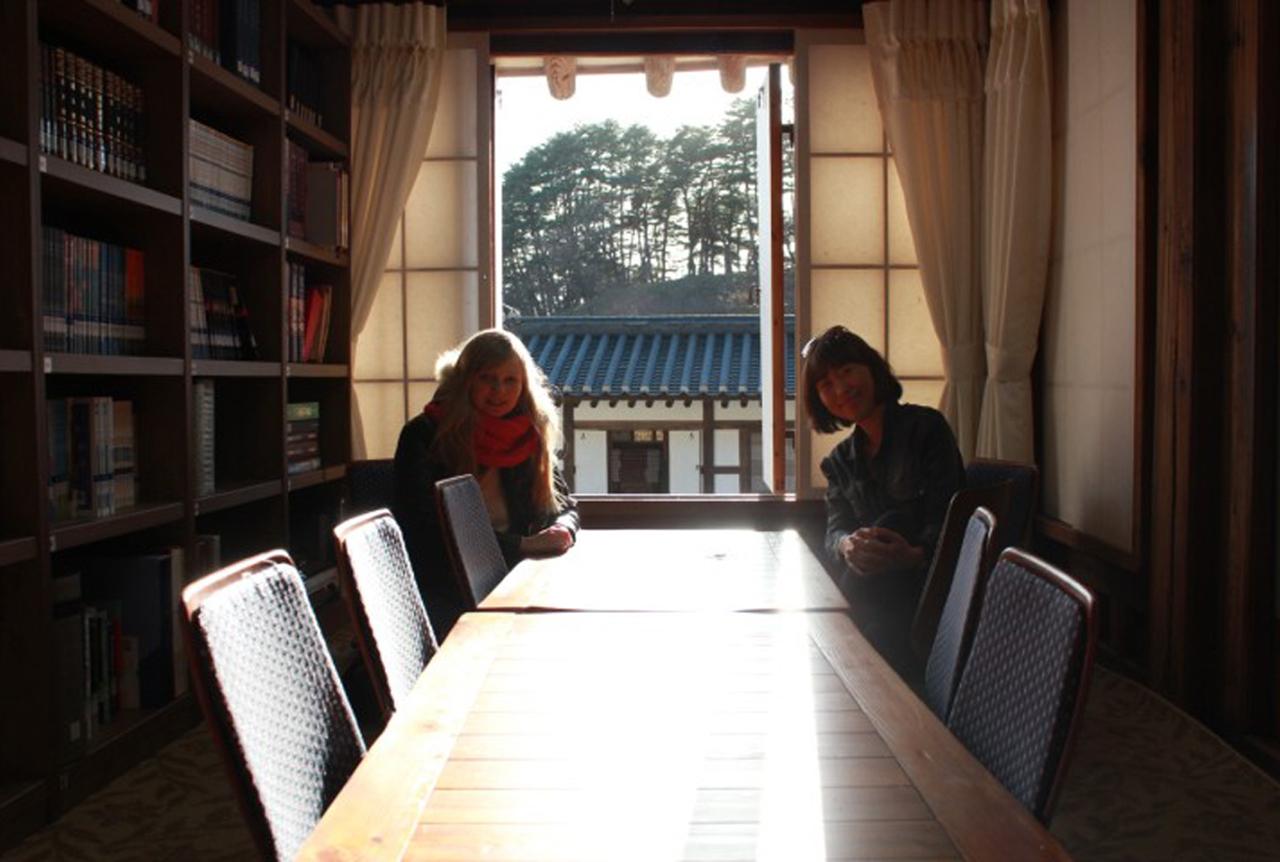 열화당 행랑채가 보이는 열화당 방 한 곁에서 오후의 햇살을 맞다.