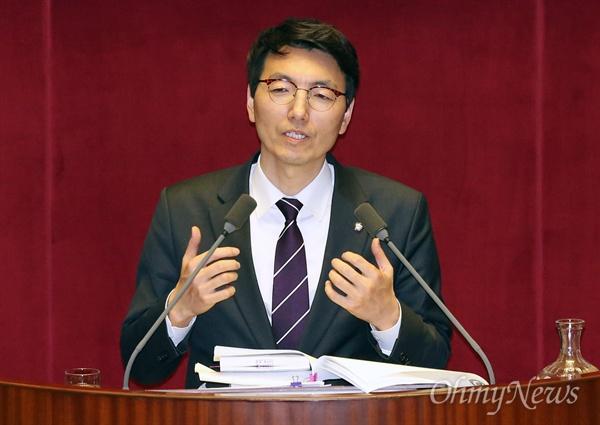 서기호 정의당 의원이 26일 국회 본회의장에서 직권상정된 테러방지법 처리를 막기 위해 무제한 토론(필리버스터)을 하고 있다.