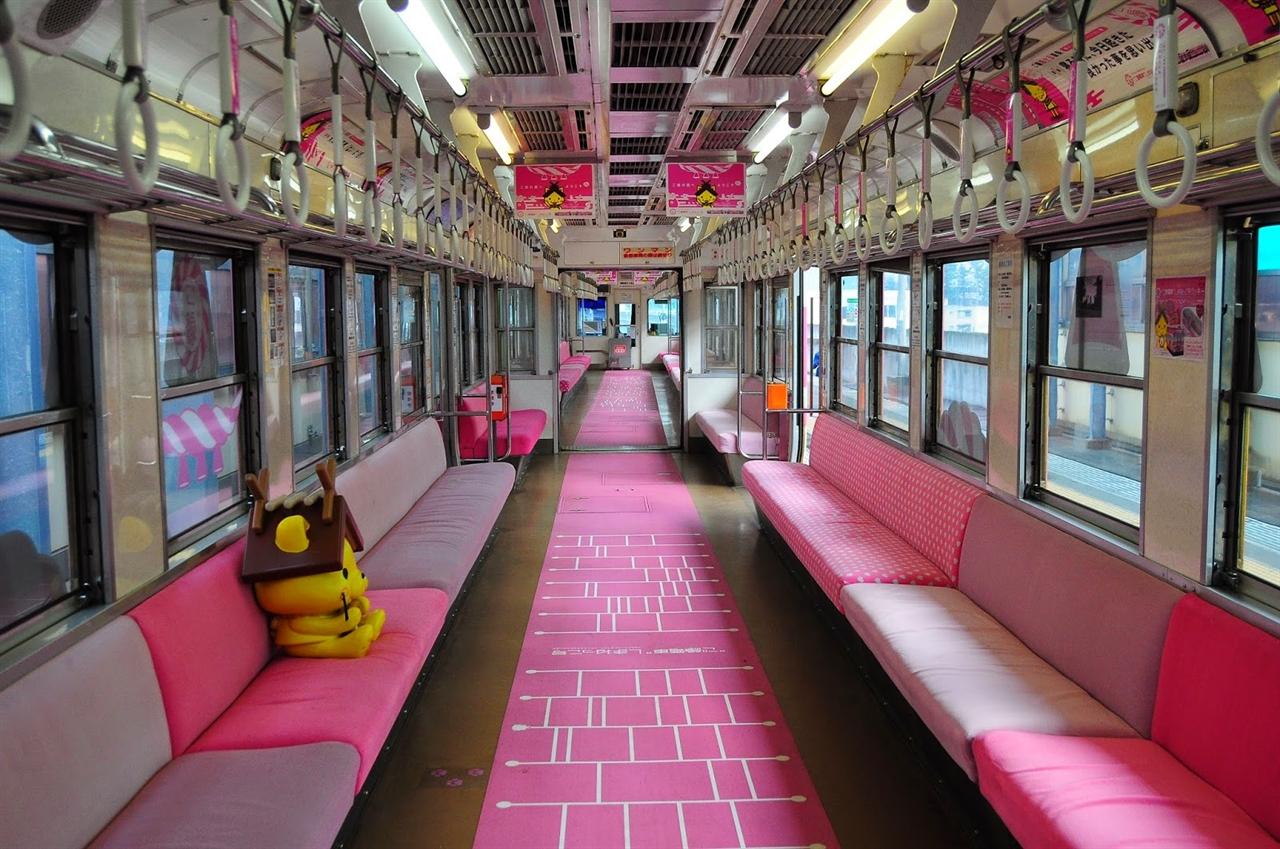 고엔열차 내부. 카펫엔 사다리가 그려져 있고 의자엔 시마네현의 마스코트인 시마넷코 인형이 앉아있다.