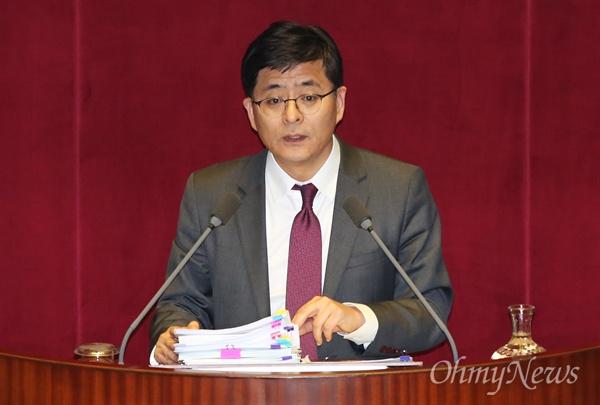 박원석 정의당 의원이 운동화를 신고 24일 오후 국회 본회의에서 직권상정된 테러방지법 처리를 막기 위해 무제한토론(필리버스터)을 진행하고 있다.