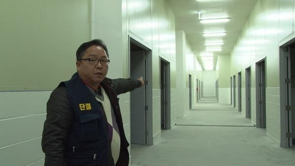 활어보관장 가운데 통로 (사진 : 칼라 TV)