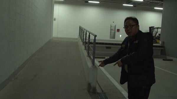 지하주차장에 마련된 손수레 이동 통로 (사진 : 칼라TV)