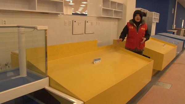 판매대 크기에 대해 설명하는 상인 (사진 : 칼라TV)