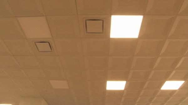 천장에 달린 환풍기. 사진으로 보이는 것들 말고도 천장 다른 쪽에 띄엄띄엄 달려 있다. (사진 : 칼라TV)