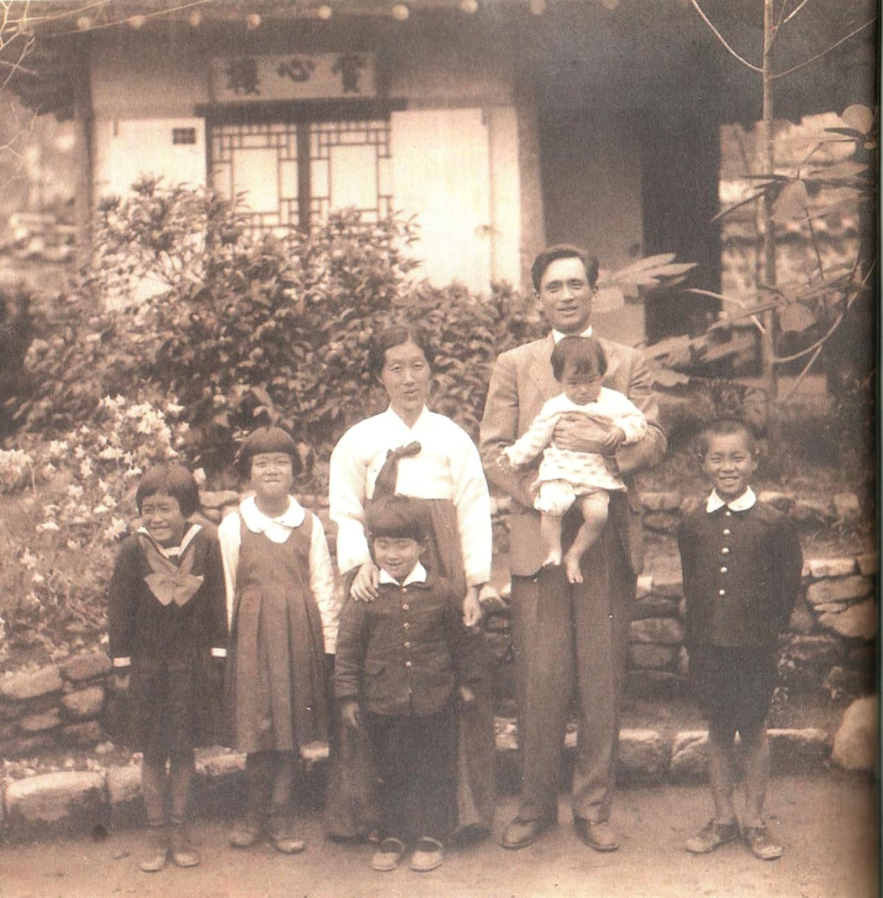 이태준의 가족 사진 수연산방에서 부인과 다섯명의 아이들과 함께 살았던 시절