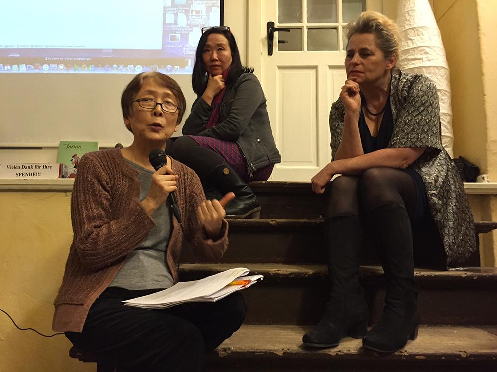 베를린에서 열린 독일 언론인들을 위한 위안부 문제 설명회에 참석한 일본, 한국, 독일 패널들의 모습. 일본측 패널인 미치고 카지무라 재독 일본여성모임 대표가 위안부 한일협상에 대한 일본 정부의 문제점을 발제하고 있다.