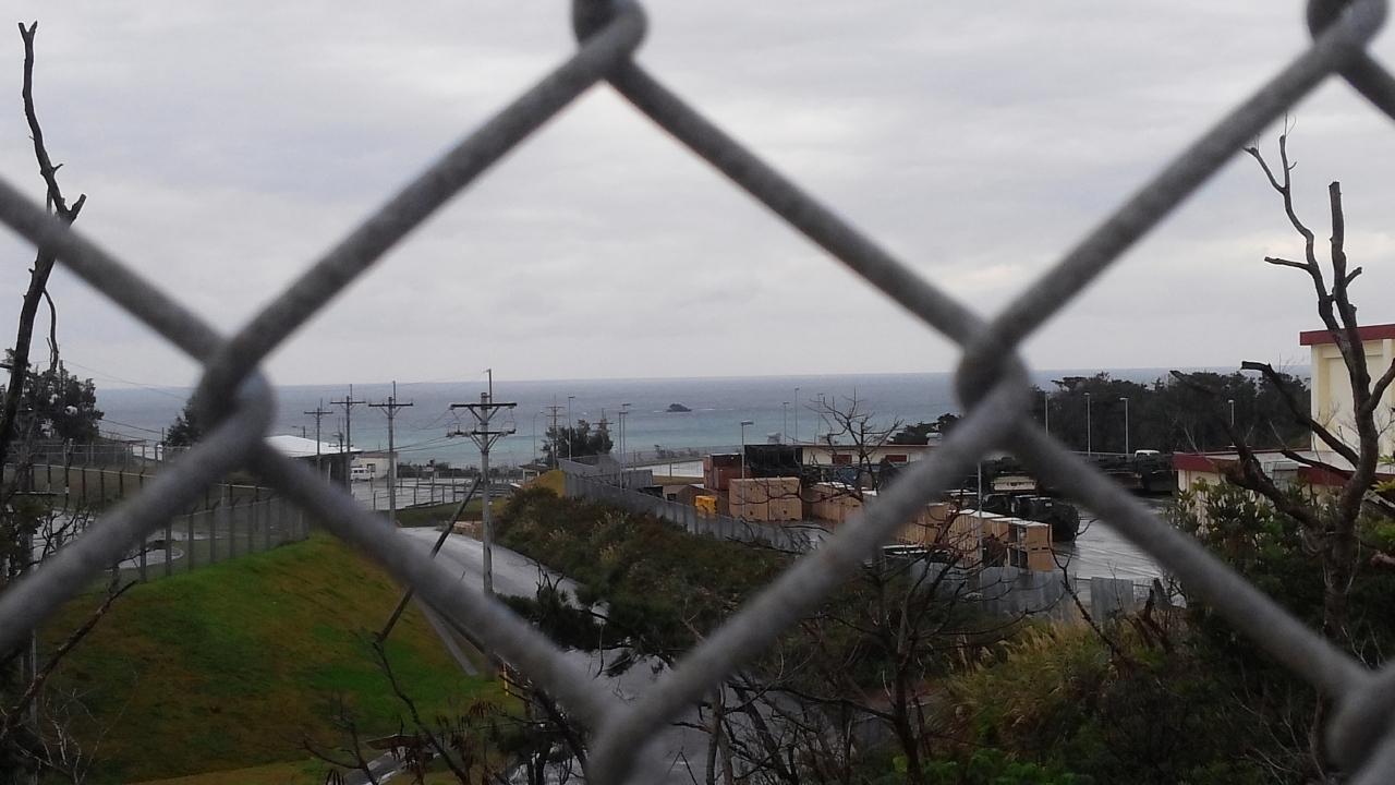 철조망 너머로 보이는 바다를 매립하려고 한다.