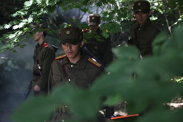 영화 <무수단>은 강한 힘을 상징하는 '무수단'을 놓고 비무장지대에서 남북이 벌이는 경쟁을 그렸다.
