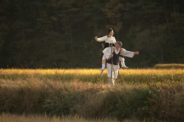 아버지(정인기 분)의 사랑을 듬뿍 받으며 천진난만하게 자란 정민(강하나 분)은 갑자기 들이닥친 일본군에게 끌려간다.