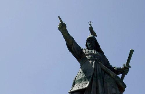 총 진군을 명령하는 이순신. 진도 녹진관광지에 세워진 이순신 장군 동상 모습이다.