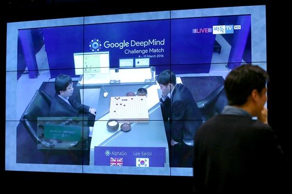 인간과 인공지능의 대결로 관심을 모으고 있는 이세돌 9단과 알파고의 반상 대결이 열리는 9일 오후 서울 강남구 구글캠퍼스 서울에서 방문객이 대국을 관람하고 있다.