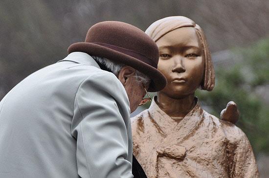 일본군 위안부 피해자 이옥선 할머니가 아산평화의 소녀상 앞을 떠나지 못하고 있다.