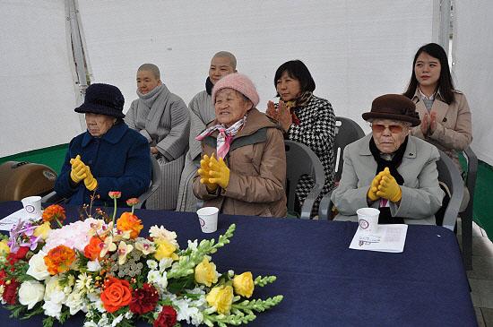 아산 평화의소녀상 제막식에 참석한 일본군 위안부 피해 할머니들. 왼쪽부터 강일출, 박옥선, 이옥선 할머니.