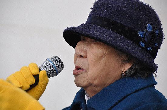 """강일출 할머니는 화장실도 못가도록 몽둥이로 때린 당시 일본군의 만행을 폭로하며, """"강도 같은 일본 놈들에게 다시는 나라를 빼앗기지 말라""""고 말하며 끝내 눈물을 흘렸다."""