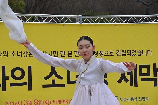 설화무용단 김세정씨가 전쟁터에 끌려다니며 고통을 겪다 숨진 소녀들의 넋을 위로하는 살풀이 공연을 펼쳤다.