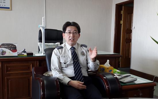 김동욱 사천경찰서장이 안전표시판에 대해 설명하고 있다.
