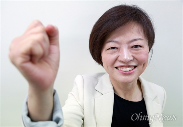 20대 총선 서울 강동갑 지역구에 출마를 선언한 진선미 더불어민주당 의원이 8일 오후 자신의 선거사무실에서 <오마이뉴스>와 만나 유권자들에게 필승을 다짐하며 화이팅을 외치고 있다.