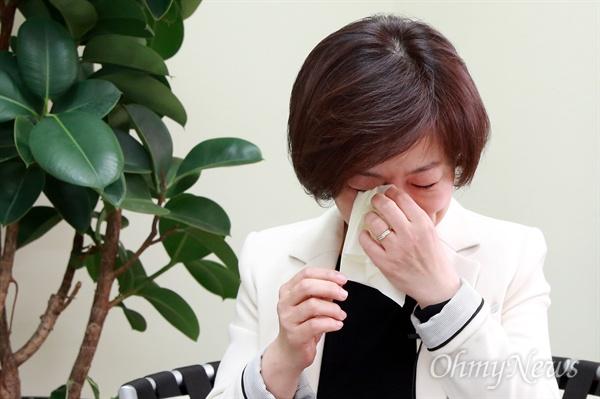 진선미 더불어민주당 의원이 8일 오후 자신의 선거사무실에서 <오마이뉴스>와의 인터뷰 도중 지역에서 만난 할아버지의 이야기를 들려주며 눈물을 훔치고 있다.