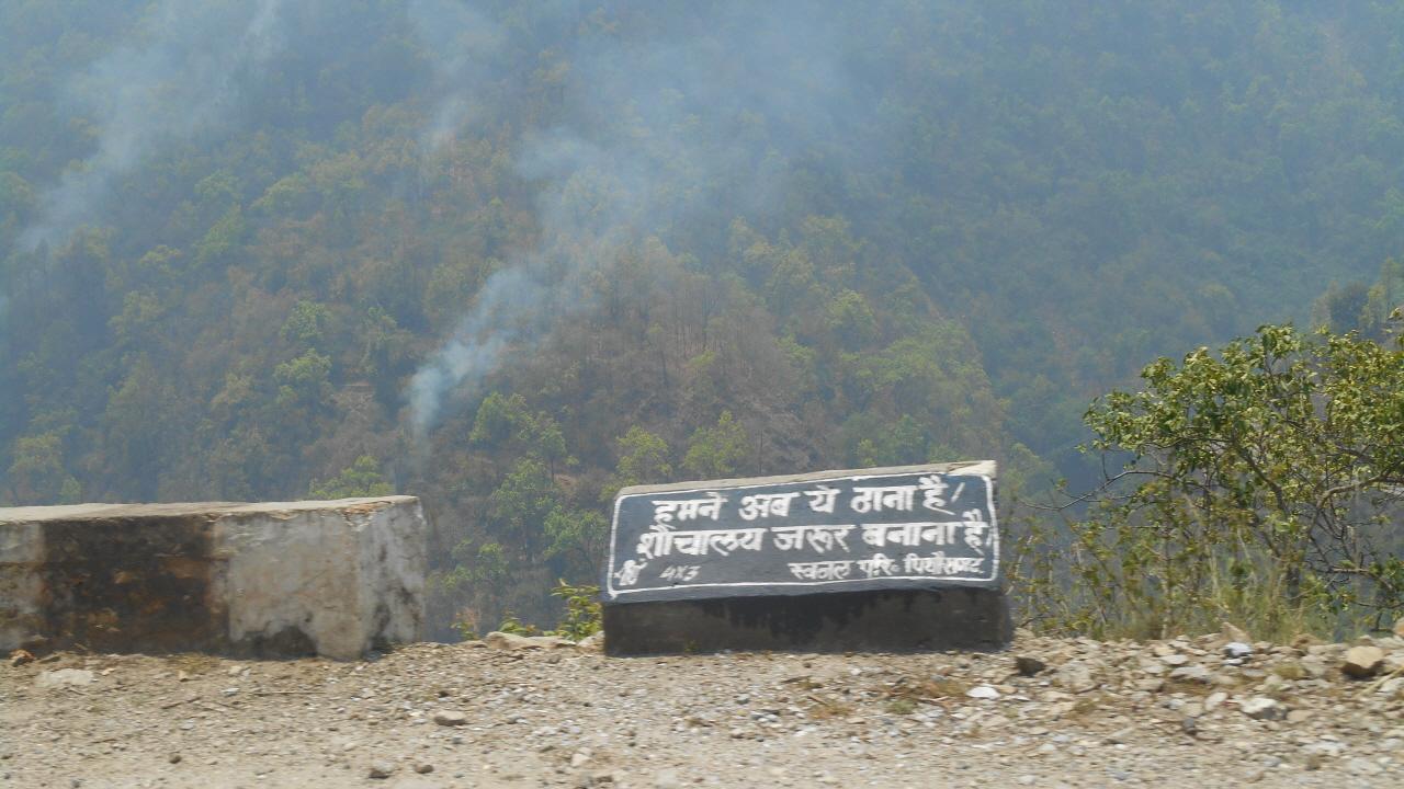 산악도로 주변 여기 저기에서 산불로 연기가 오르고 있다.