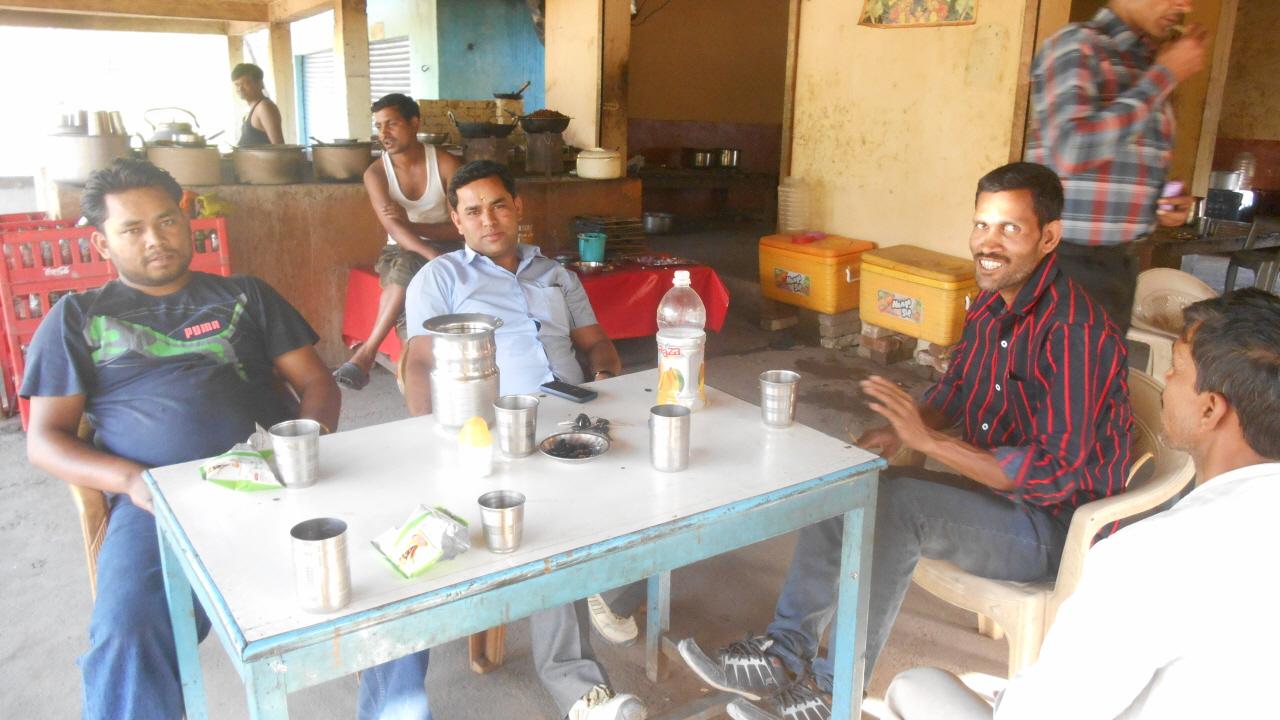 휴게소에서 술을 마시는 운전기사와 그의 친구, 그리고 네팔 노동자들의 인솔자. 결국 나는 이들과 함께 음주운전의 공범이 되었다.