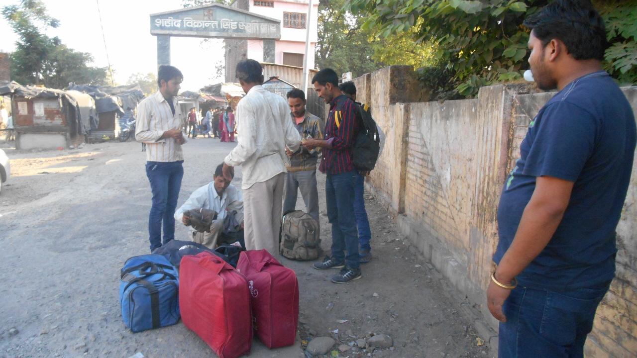 반밧사에서 하차한 네팔 노동자들. 이들과 10시간이 넘는 시간을 함께 보냈다.