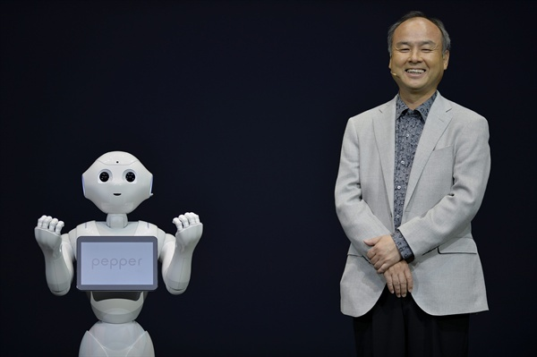 손정의 소프트뱅크 회장과 인공지능 로봇 페퍼