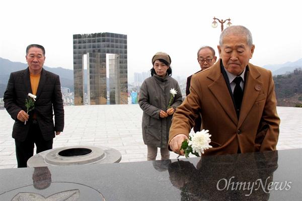 1960년 3월 16일 새벽, 경찰이 눈에 최루탄이 박힌 김주열 열사의 시신을 마산 앞바다에 버릴 당시 짚차를 운전했던 김덕모(76)씨가 13일 오후 국립3.15묘역을 찾아 헌화하고 있다.