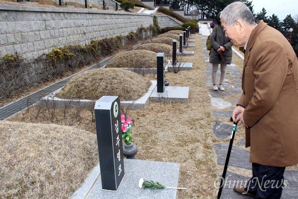1960년 3월 16일 새벽, 경찰이 눈에 최루탄이 박힌 김주열 열사의 시신을 마산 앞바다에 버릴 당시 짚차를 운전했던 김덕모(76)씨가 13일 오후 국립3.15묘역에 있는 김주열열사 묘소(가묘)를 참배하고 있다.
