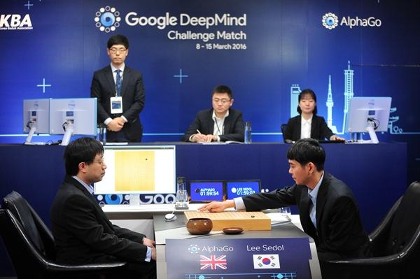 이세돌 9단이 13일 서울 종로구 포시즌스 호텔에서 열린 '구글 딥마인드 챌린지 매치'에서 구글 인공지능 바둑 프로그램 '알파고'와의 제4국에서 첫 수를 두고 있다.