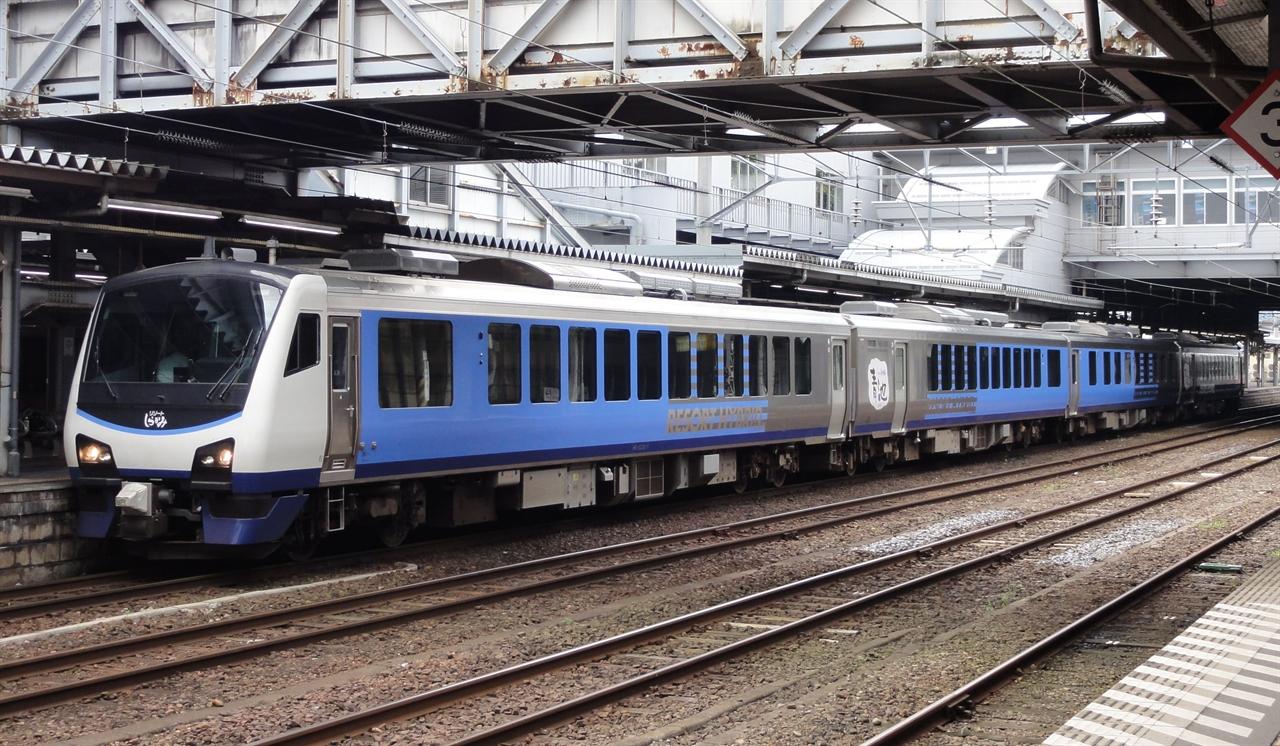 하이브리드열차로 운행하는 리조트 시라카미 아오이케 편성.