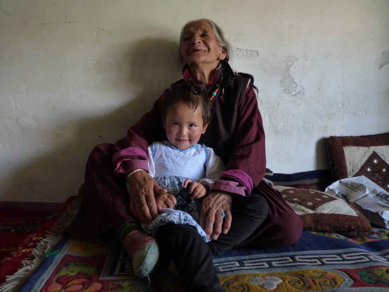 네스핀집의 마스코트 앙돌과 할머니.