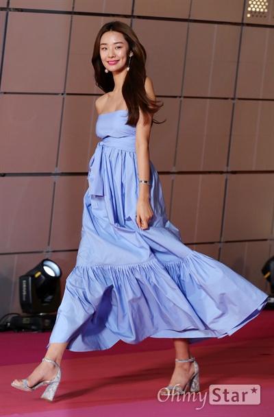 스테파니리, 핑크카펫을 블루카펫으로! 모델 스테파니리가 15일 오후 서울 동대문 DDP에서 열린 < SIA(스타일 아이콘 아시아 Style Icon Asia) 2016 > 핑크카펫에서 입장하고 있다.14일과 15일 양일간 열린 < SIA 2016 >는 기존의 '스타일 아이콘 어워즈(Style Icon Awards)'를 넘어 '스타일 아이콘 아시아(Style Icon Asia)'로 확대된 페스티벌로 셀럽들의 스타일을 즐길 수 있는 컨벤션 SIA LOOK, 콜라보레이션 무대인 SIA SHOW, 프라이빗 애프터 파티 SIA NIGHT, 공공캠페인 SIA MOVE 등이 펼쳐졌다.