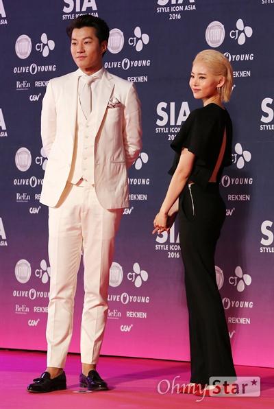 이천희-황승언, 잘 어울리는 바둑알 패션  배우 이천희와 황승언이 15일 오후 서울 동대문 DDP에서 열린 < SIA(스타일 아이콘 아시아 Style Icon Asia) 2016 > 핑크카펫에서 포즈를 취하고 있다. 14일과 15일 양일간 열린 < SIA 2016 >는 기존의 '스타일 아이콘 어워즈(Style Icon Awards)'를 넘어 '스타일 아이콘 아시아(Style Icon Asia)'로 확대된 페스티벌로 셀럽들의 스타일을 즐길 수 있는 컨벤션 SIA LOOK, 콜라보레이션 무대인 SIA SHOW, 프라이빗 애프터 파티 SIA NIGHT, 공공캠페인 SIA MOVE 등이 펼쳐졌다.
